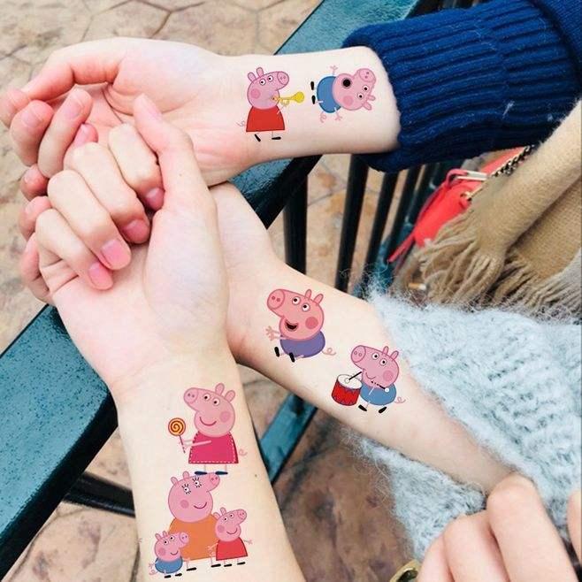"""导读:""""小猪佩奇身上纹,掌声送给社会人""""。今年,一只漂洋过海来到中国的粉色小猪,因为这句话以及一系列表情包霎时间火遍了大江南北。不少人以拥有""""社会人""""的身份而感到骄傲,纷纷在身上印了小猪佩奇的纹身。当然,他们大多数都是用了纹身贴,而不是真的去了纹身店。然而,就是这不起眼的纹身贴,让一位英国小女孩产生严重的皮肤过敏,不得已去了医院。   那么市面上这些几块钱就能买到十张甚至几十张的小猪佩奇纹身贴是否也会引起皮肤过敏或者其他症状呢?两位记者对此进行了亲身测试,结"""