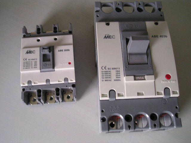 配电断路器的尺寸相同  提供多种附件及板后接线和延长